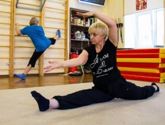 Гимнастика для пожилых людей при помощи шведской стенки